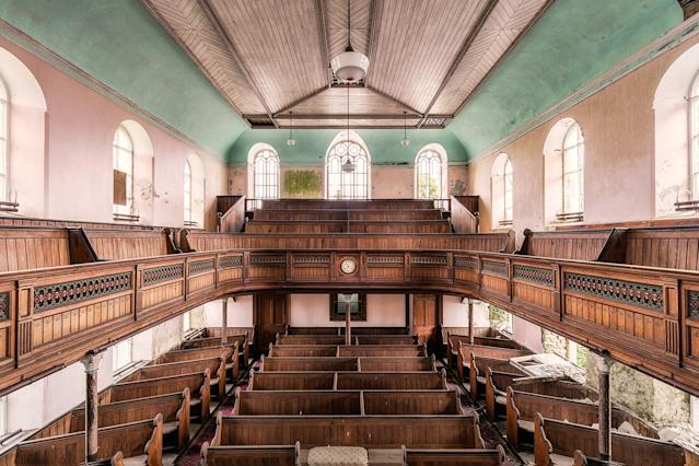 <p>Pastel-colored Welsh chapel. (Photo: James Kerwin/Caters News) </p>