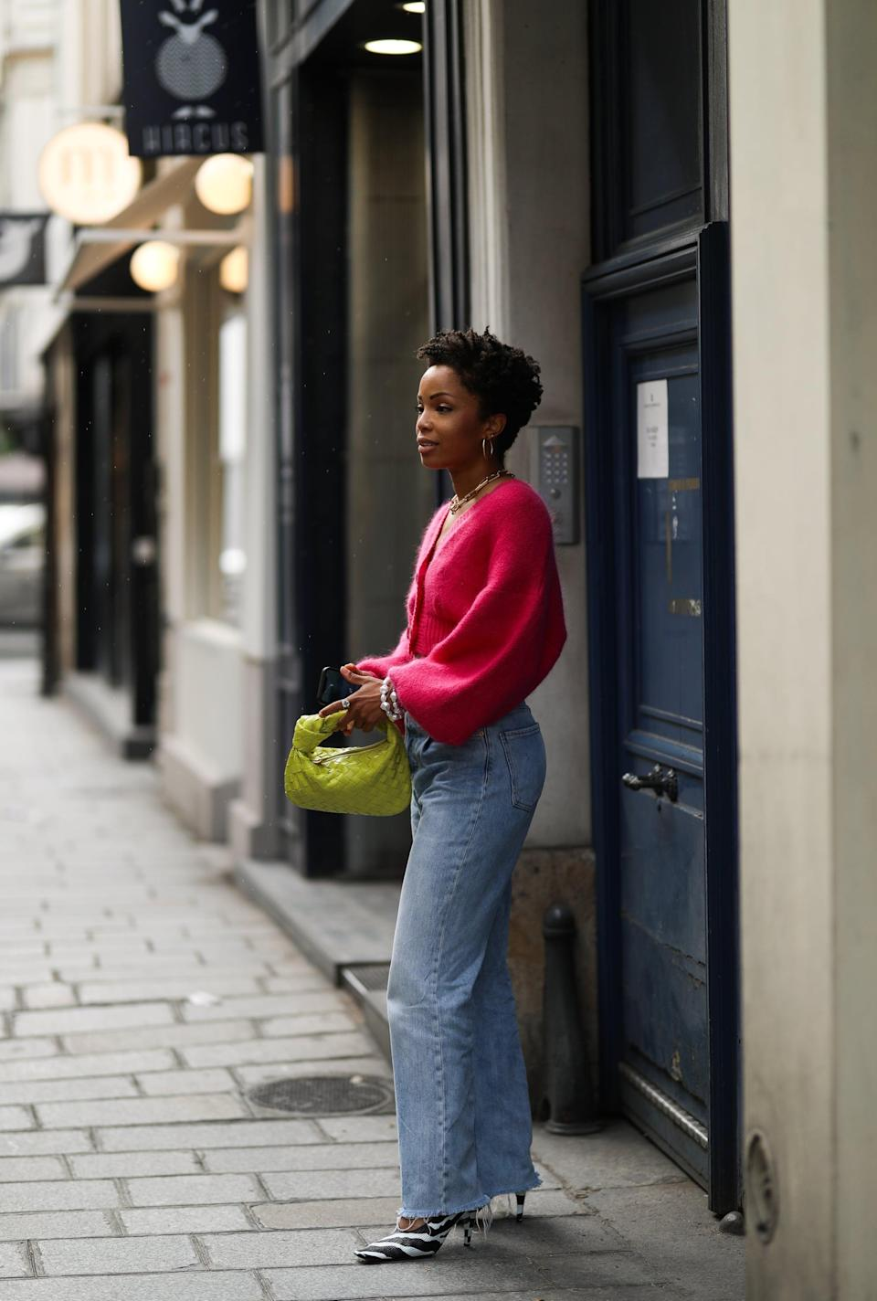 <p>Brighten up baggy jeans with a colorful sweater and bag combo. </p>