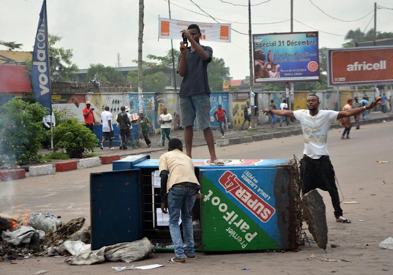 DR Congo protesters block a street in Kinshasa on January 19, 2015 as they protest against moves to allow President Joseph Kabila to extend his hold on power (AFP Photo/Papy Mulongo)