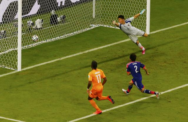 Ivory Coast's Didier Drogba (L-R) and Japan's Atsuto Uchida and Eiji Kawashima watch as the ball, scored by Ivory Coast's Wilfried Bony (unseen) enters the goal during their 2014 World Cup Group C soccer match at the Pernambuco arena in Recife June 14, 2014. REUTERS/Ruben Sprich (BRAZIL - Tags: TPX IMAGES OF THE DAY SOCCER SPORT WORLD CUP)
