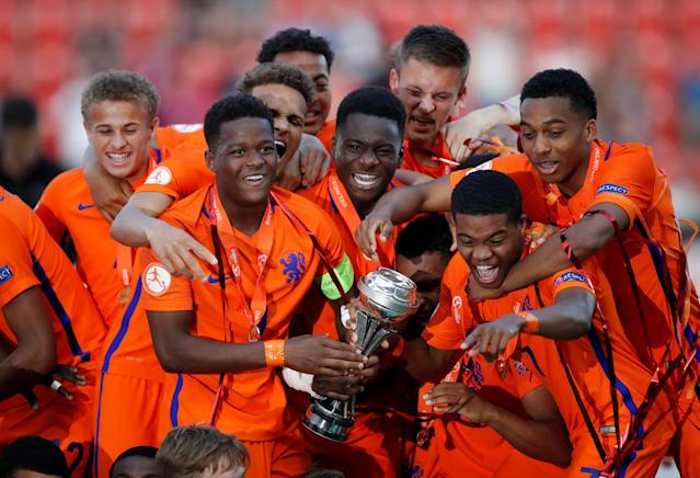 Soccer Football - UEFA European Under-17 Championship Final - Italy vs Netherlands - AESSEAL New York Stadium, Rotherham, Britain - May 20, 2018 Netherlands players celebrate winning the final with the trophy Action Images via Reuters/Carl Recine