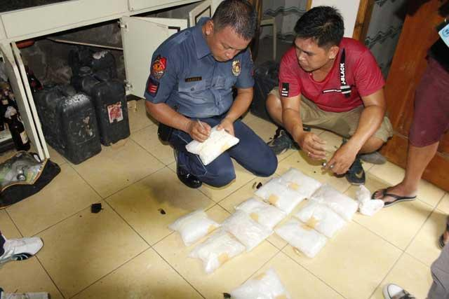 A PNP personnel labeled a confiscated shabu from Mayor Rolando Espinosa's house in Albuera, Leyte. (Photo courtesy: Robert Dejon)