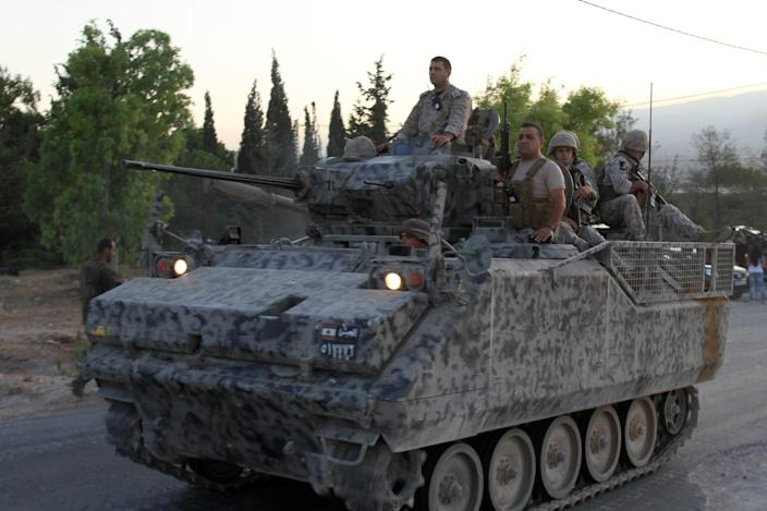 Lebanese troops arrive in the town of Arsal in the Bekaa valley by the Syrian border on August 2, 2014 (AFP Photo/)