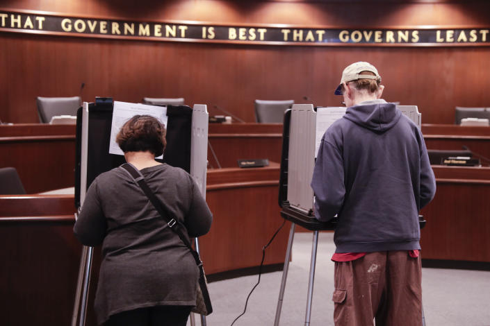 <p>Voters cast their ballots early for the midterm elections at the Government & Judicial Center in Noblesville, Ind., Tuesday, Oct. 23, 2018. (Photo: Michael Conroy/AP) </p>