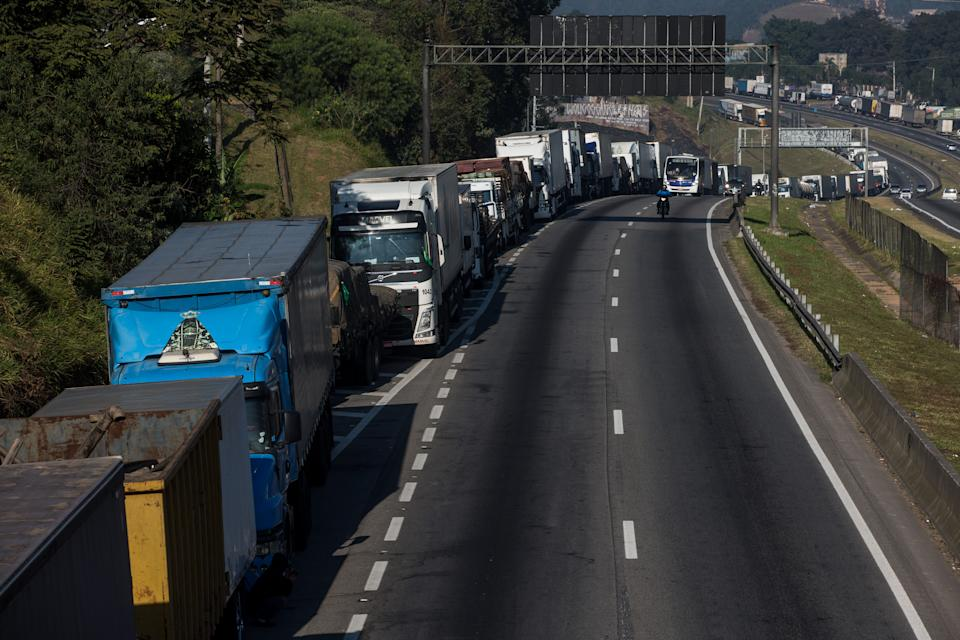 SAO PAULO, BRAZIL - MAY 29: Truckers strike against the high price of diesel on Regis Bittencourt Highway on May 29, 2018 in San Paulo, Brazil. The strike is on it's eighth day and reaches almost every state in the country. Financial losses already exceed 10 billion dollars. (Photo by Victor Moriyama/Getty Images)
