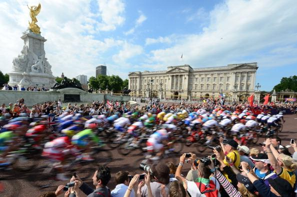 LONDON, ENGLAND - JULY 28:  The peloton passes by Buckingham Palace at the start of the the Men's Road Race Road Cycling on day 1 of the London 2012 Olympic Games on July 28, 2012 in London, England.  (Photo by Jamie Squire/Getty Images)
