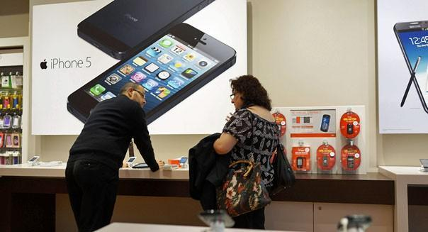 Samsung Electronics is taking to the Big Apple to reveal its next big challenge to Apple's iPhone 5 -- a successor to its top-selling Galaxy S III smartphone. (Spencer Platt/Getty Images)