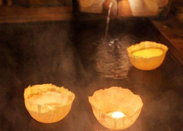 ▲ Seeing them floating on the clear bath water is most soothing. (photo provided by Hanaakari no Yado Tsuki no Ike)