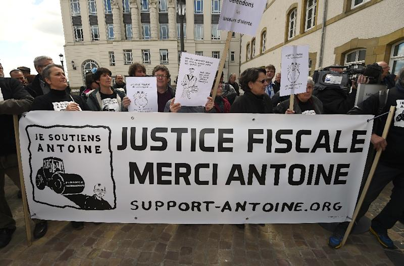 """Dozens of supporters shouted """"Thank you, Antoine!"""" before the start of the LuxLeaks trial in Luxembourg, on April 26, 2016 (AFP Photo/John Thys)"""