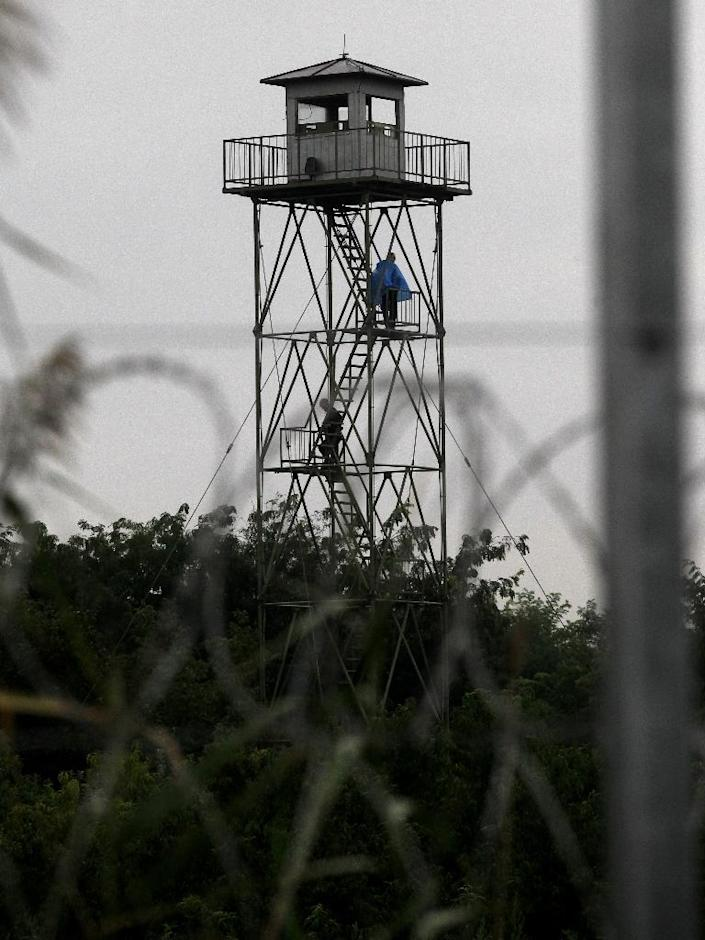 A Serbian watch tower seen from the Hungarian side of the border near Roszke on September 10, 2015 (AFP Photo/Peter Kohalmi)