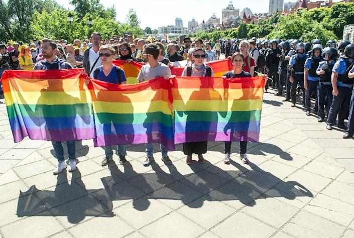 Gay activists hold the first Gay Pride march in Kiev, since fighting with pro-Moscow rebels broke out in the east of the country last year, on June 6, 2015 (AFP Photo/Volodymyr Shvayev)