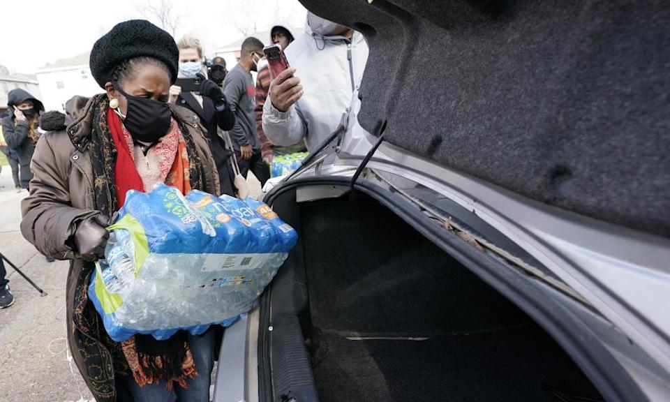 The Texas congresswoman Sheila Jackson Lee loads donated water into a car at a distribution site on Thursday in Houston.