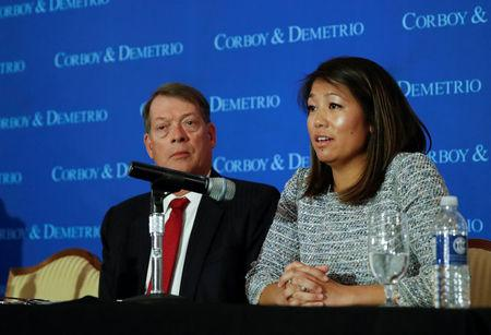 Crystal Dao Pepper, hija del Dr. David Dao, habla durante una conferencia de prensa en el Union League Club de Chicago, Illinois, Estados Unidos.
