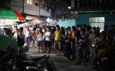Residents gather along an alley after a police anti-drug operation in Caloocan city, Metro Manila, Philippines August 17, 2017.  REUTERS/Erik De Castro