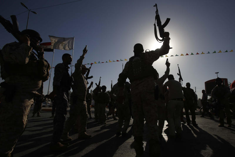 Shiite militiamen in Karbala on June 26, 2014 (AFP Photo/Mohammed Sawaf)