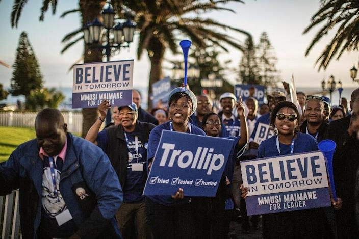 South Africa main opposition party Democratic Alliance supporters of Candidate Leader Mmusi Maimane dance and sing in his support during the party leadership elections on May 10, 2015 in Port Elizabeth, South Africa (AFP Photo/Gianluigi Guercia)