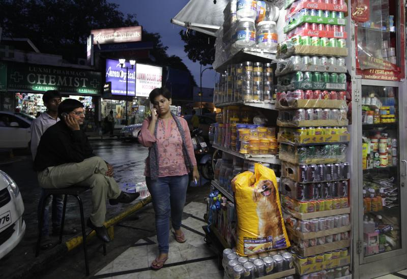 India agrees to let in foreign retailers, again