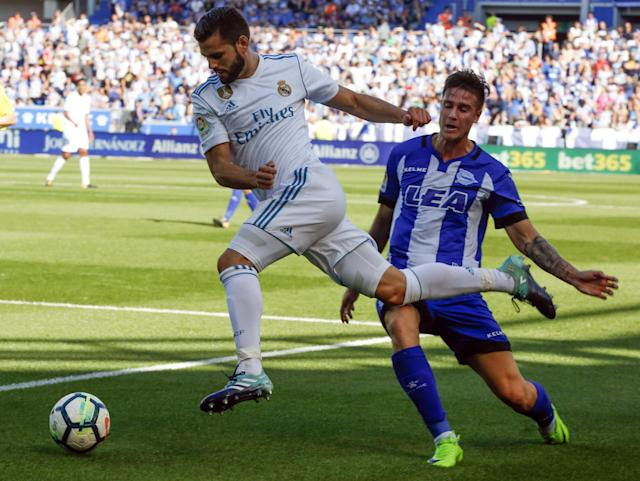 GRA442. Vitoria (álava) (Spain), 23/09/2017.- Real Madrid' defender Nacho Fernandez (L) vies for the ball with Alaves' Daniel Torres (R) during the Primera Division Liga match between Alaves and Real Madrid held at Mendizorroza stadium in Vitoria, Basque Country, Spain, 23 September 2017. (España) EFE/EPA/David Aguilar