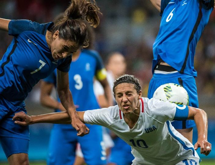 France's Amel Majri (L) and Carli Lloyd from USA go head to head for the ball during the Rio 2016 Olympic Games in Belo Horizonte, Brazil (AFP Photo/Gustavo Andrade)