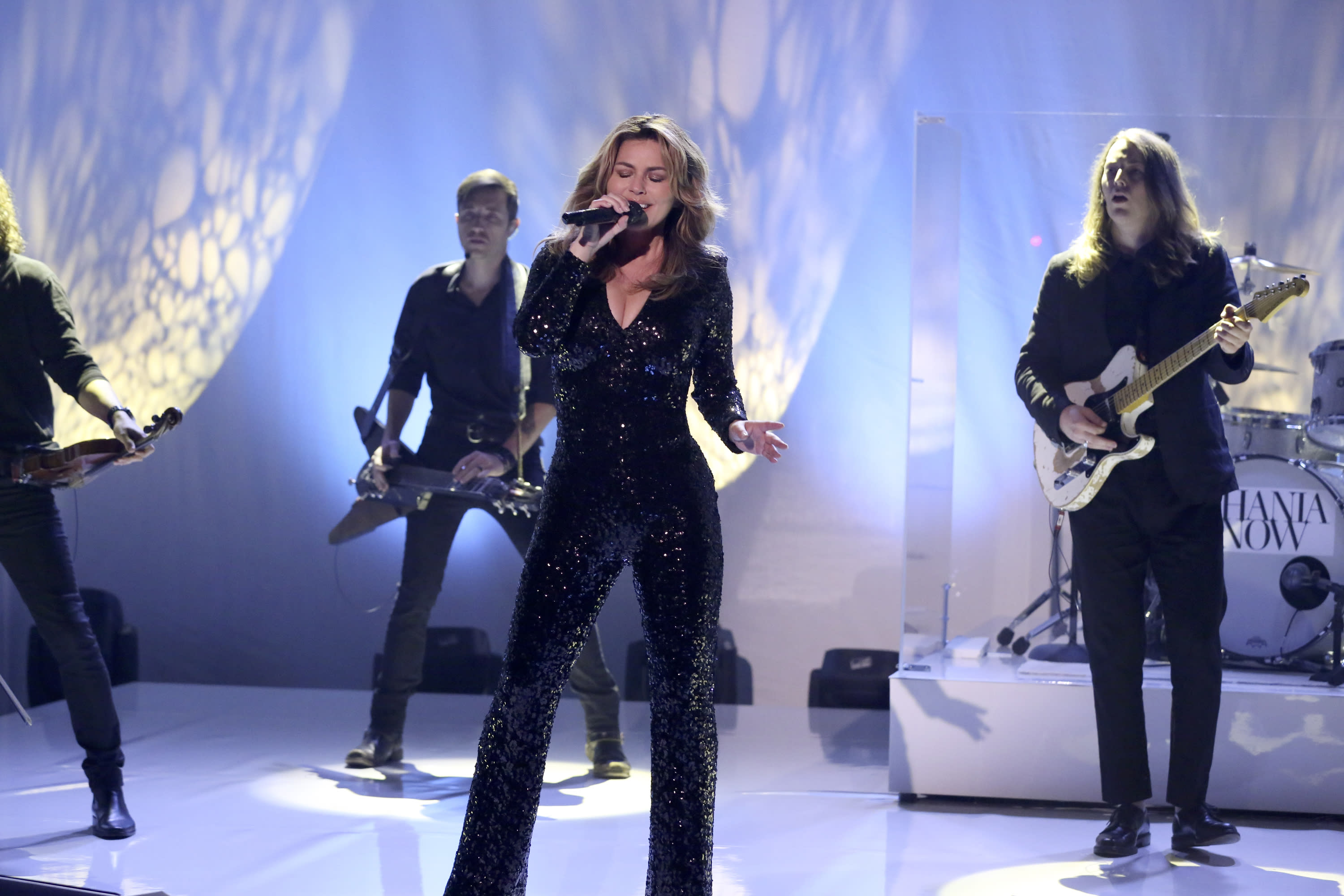 "Shania Twain sings her new single on ""The Tonight Show."" </em>(Photo: Getty Images)"