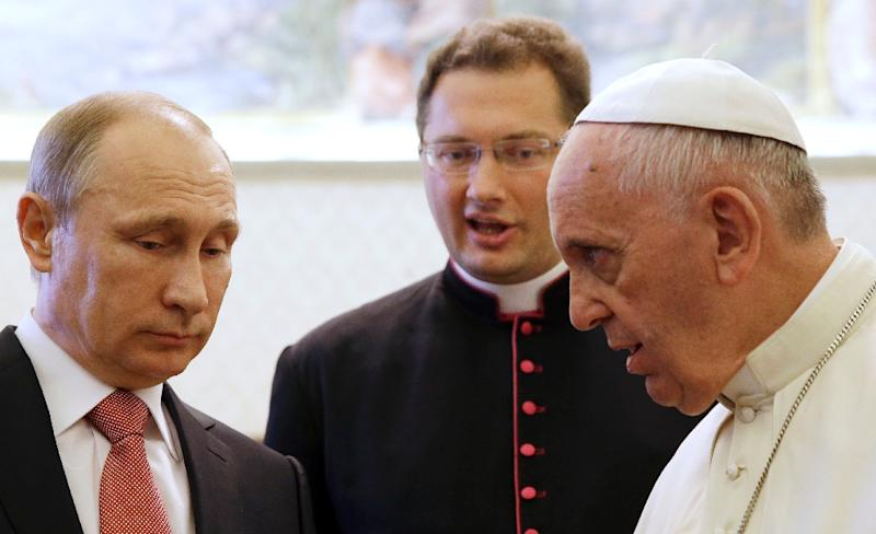 Russian President Vladimir Putin (L) listens to Pope Francis at the Vatican, on June 10, 2015 (AFP Photo/Gregorio Borgia)