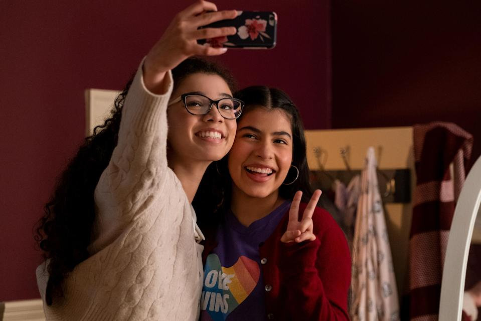THE BABY-SITTERS CLUB (L to R) MALIA BAKER as MARY ANNE SPIER and KYNDRA SANCHEZ as DAWN SCHAFER in episode 205 of THE BABY-SITTERS CLUB Cr. LIANE HENTSCHER/NETFLIX © 2021
