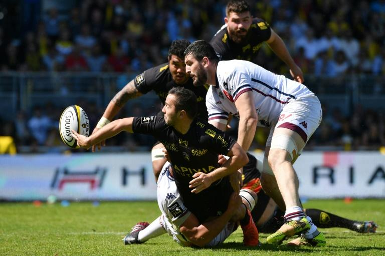 La Rochelle's Alexis Bales (L) passes the ball during their French Top 14 rugby union match against Bordeaux-Begles on April 08, 2017 in La Rochelle, southwestern France