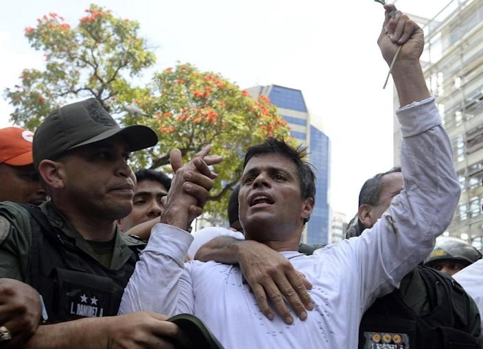 Leopoldo Lopez (R), an ardent opponent of Venezuela's socialist government, is escorted by the National Guard during a demonstration in Caracas on February 18, 2014 (AFP Photo/Juan Barreto)