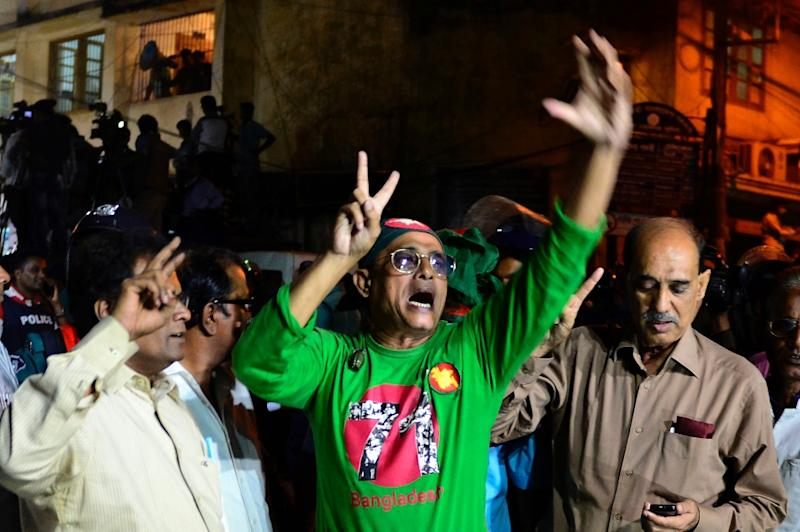 Bangladeshi activists and former freedom fighters, who fought against Pakistan in the 1971 war, shout slogans outside Dhaka's Central Jail, early on November 22, 2015 (AFP Photo/Munir Uz Zaman)