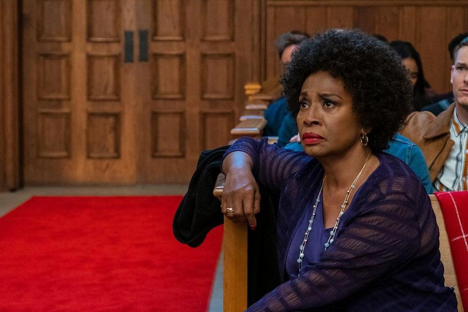 DOLLY PARTON'S CHRISTMAS ON THE SQUARE (L to R) JENIFER LEWIS as MARGELINE in DOLLY PARTON'S CHRISTMAS ON THE SQUARE Cr. TINA ROWDEN/NETFLIX © 2020