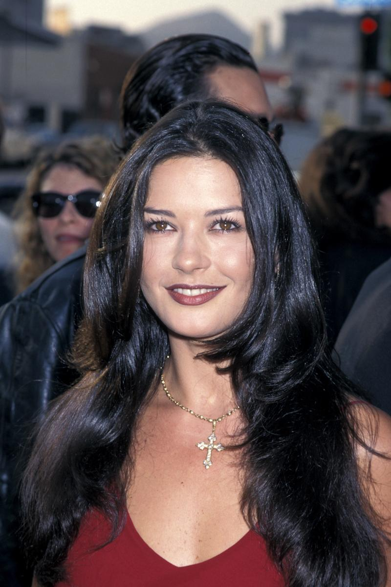 Zeta Jones Arrives At The Men In Black Film Premiere Los Angeles 1997