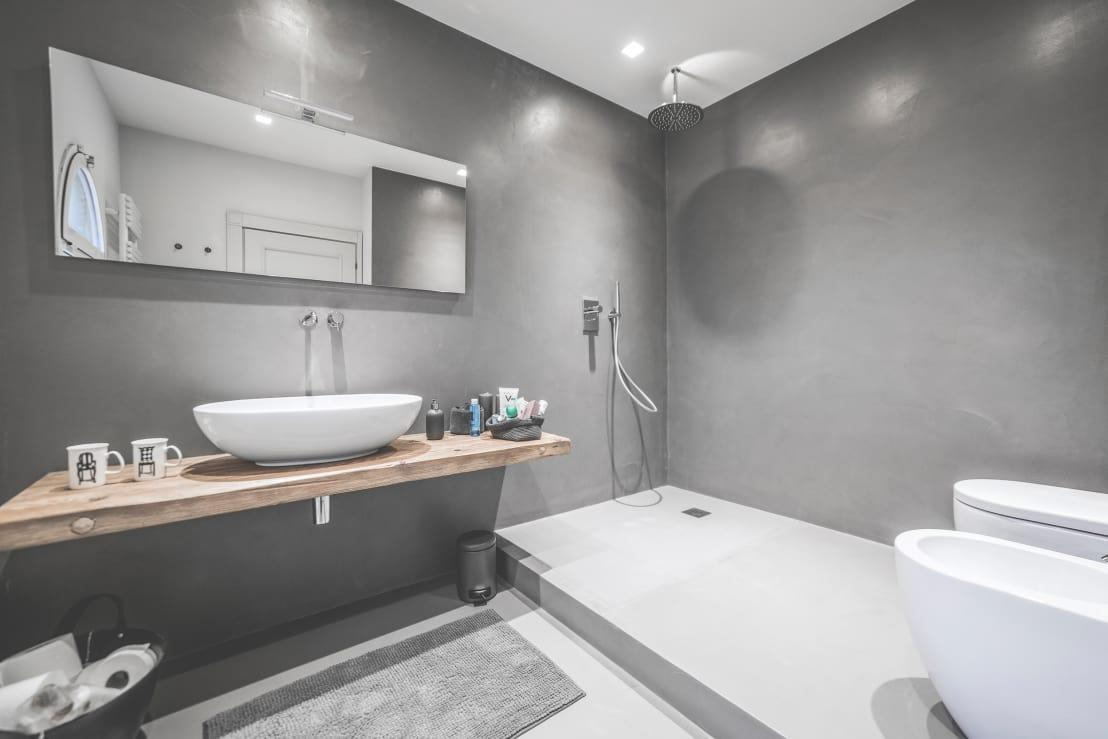 <p>Industrial bathroom designs are exploding right now, in terms of how popular they are! Great for heritage buildings and new builds alike, they really lend a note of understated yet daring style and the masculine tones seem to really appeal as well. We can't get enough of polished concrete shower walls. What a cost-effective but beautiful idea!</p>  Credits: homify / MODO Architettura