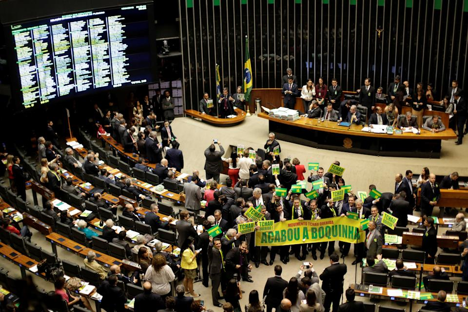 Lower house members who support the impeachment demonstrate during a session to review the request for Brazilian President Dilma Rousseff's impeachment, at the Chamber of Deputies in Brasilia, Brazil April 15, 2016. REUTERS/Ueslei Marcelino