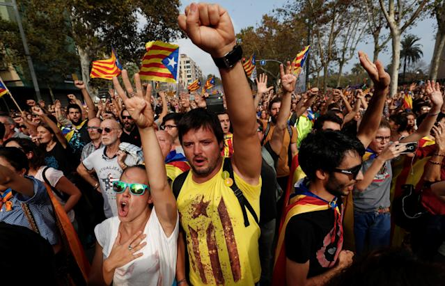 <p>People sign Catalan anthem as they celebrate after the Catalan regional parliament declares the independence from Spain in Barcelona, Spain, Oct. 27, 2017. (Photo: Juan Medina/Reuters) </p>