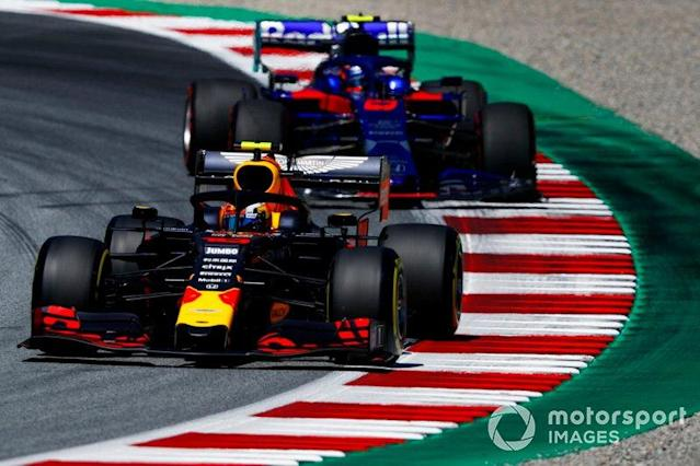 "Pierre Gasly, Red Bull Racing RB15, leads Alexander Albon, Toro Rosso STR14 <span class=""copyright"">Glenn Dunbar / LAT Images</span>"
