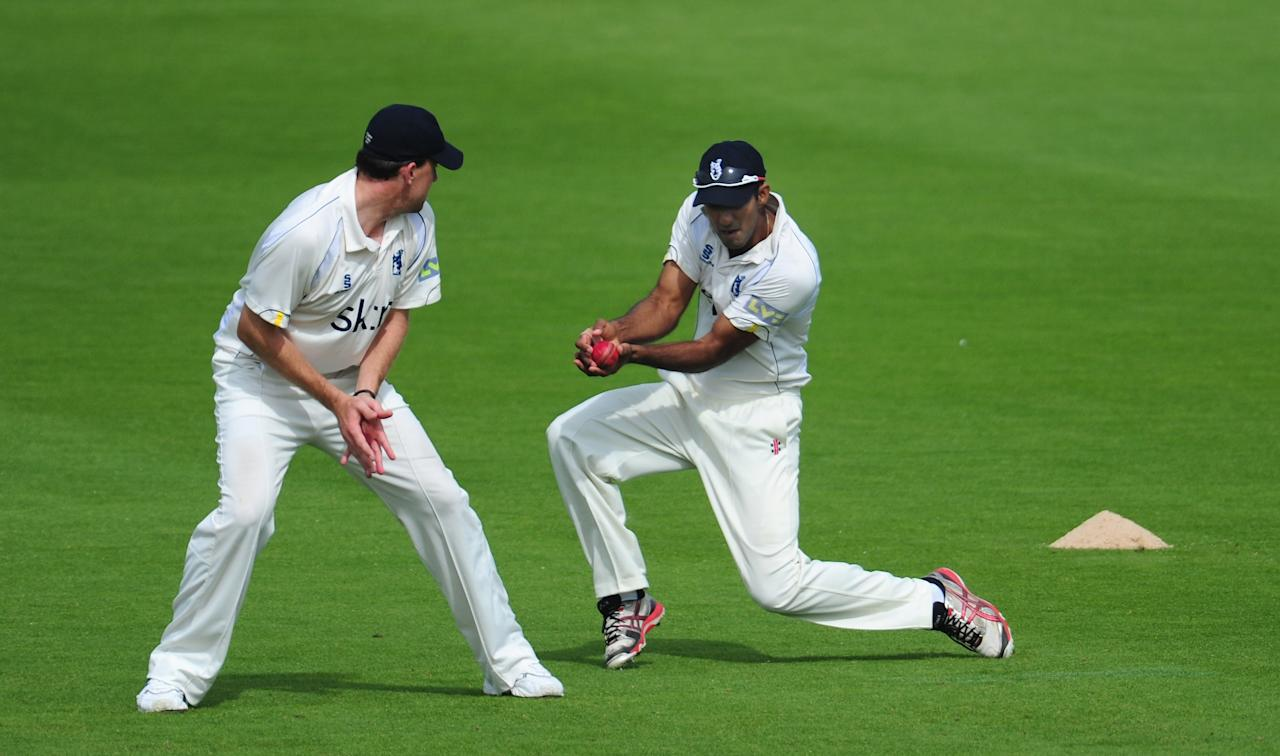 WORCESTER, ENGLAND - SEPTEMBER 06:  Warwickshire fielder Varun Chopra (r) clings on to catch Worcestershire batsman Brett D'Oliveira during day three of the  LV County Championship Division One game between Worcestershire and Warwickshire at New Road on September 6, 2012 in Worcester, England.  (Photo by Stu Forster/Getty Images)