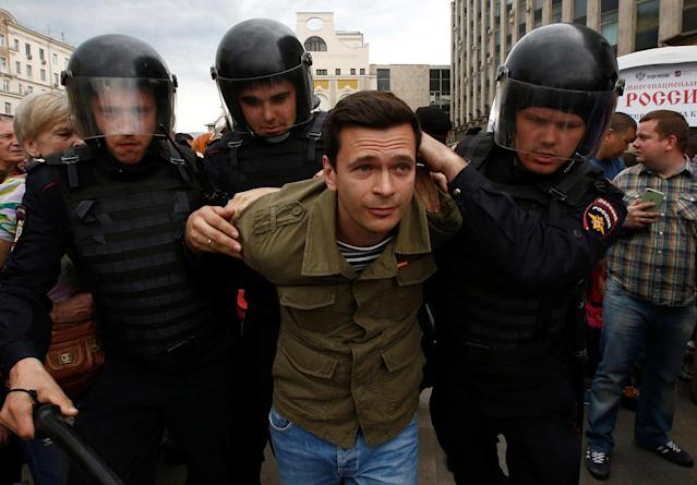 <p>Riot police detain Russian opposition figure Ilya Yashin during an anti-corruption protest organised by opposition leader Alexei Navalny, in central Moscow, Russia, June 12, 2017. (Sergei Karpukhin/Reuters) </p>