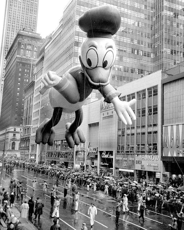 <p>Donald floats down the street in the Macy's Thanksgiving Day parade in 1962. (Photo: Gordon Rynders/New York Daily News Archive via Getty Images) </p>