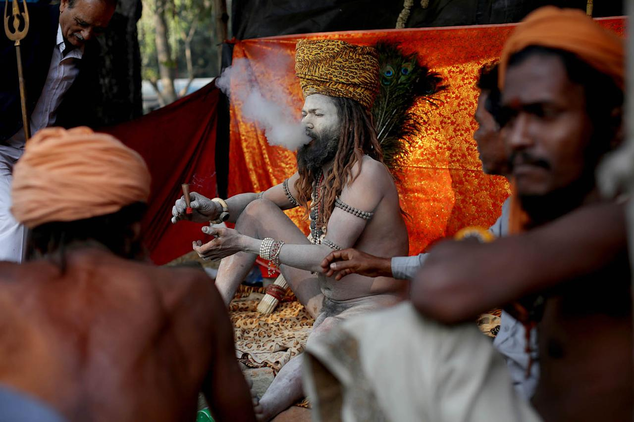 <p>An Indian monk dressed as Lord Shiva prays at Babughat transit camp during a religious gathering ahead of the Gangasagar annual fair in Calcutta, India, Jan. 5, 2017. (Photo: PIYAL ADHIKARY/EPA) </p>