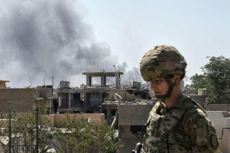A US soldier advises Iraqi forces in the city of Mosul in June 2017