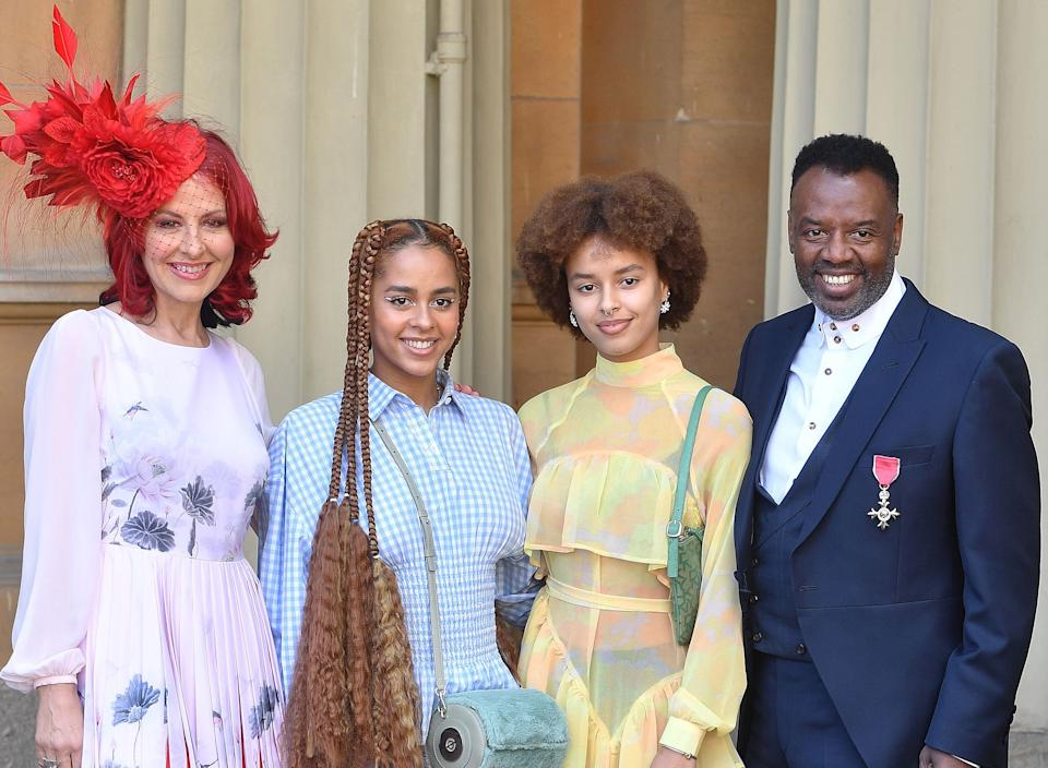 Talia Grant and sister Olive with their musician and TV presenter parents Carrie and David Grant. (Getty Images)