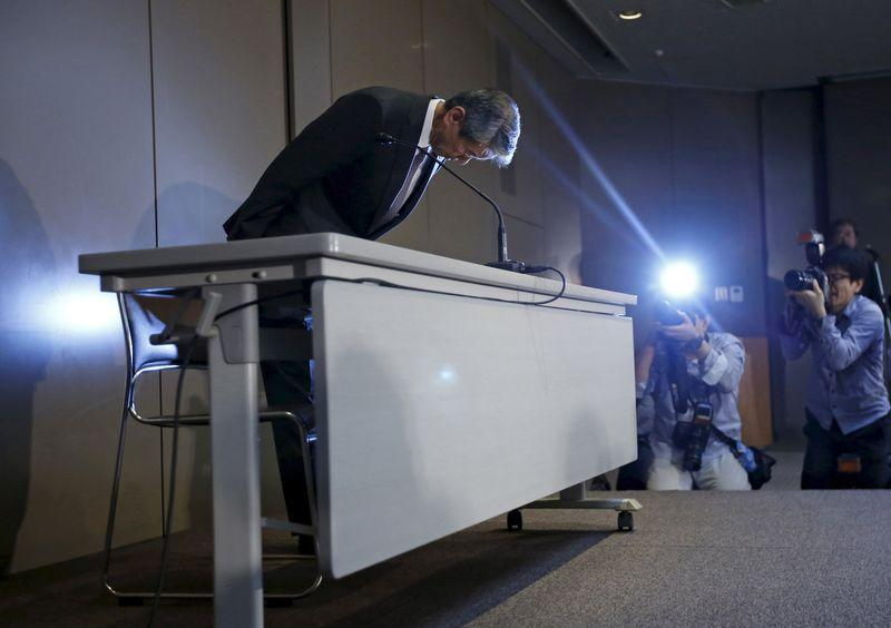 File photo of Toshiba Corp President and CEO Hisao Tanaka bowing at a news conference in Tokyo