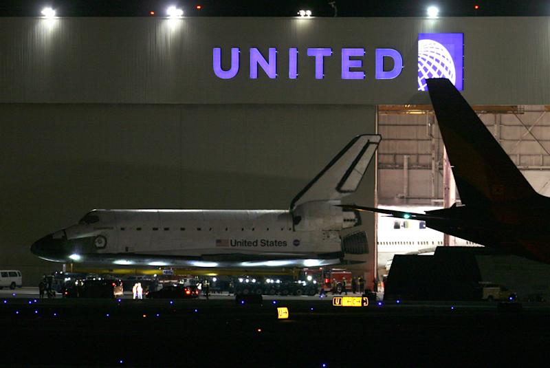 Space shuttle pauses on 12-mile trip to LA museum