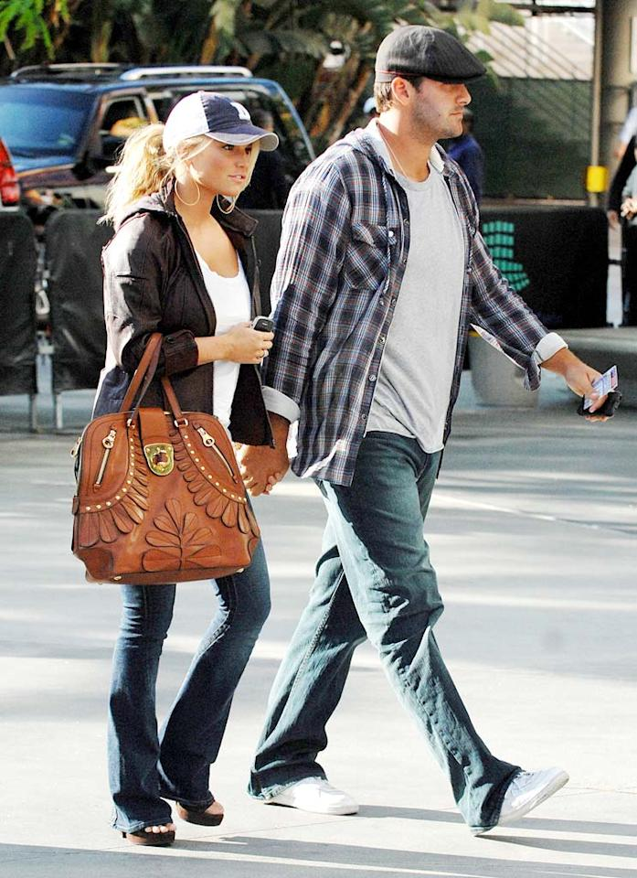 "Jessica Simpson and her main squeeze, Tony Romo, arrive for Game 1 of the 2009 NBA Finals in Los Angeles. Whittle/<a href=""http://www.splashnewsonline.com/"" target=""new"">Splash News</a> - June 4, 2009"