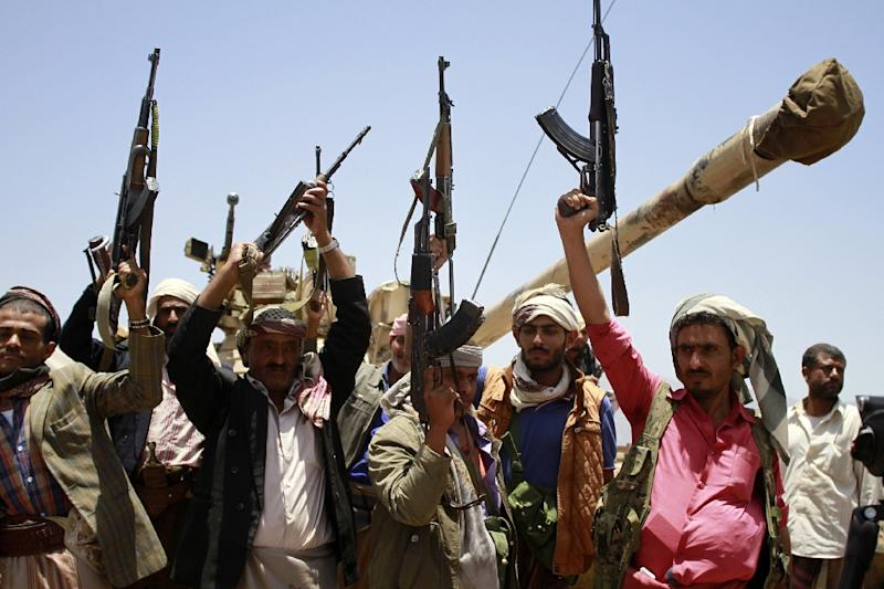 Yemeni tribal gunmen of the Popular Resistance Committees loyal to fugitive President Abedrabbo Mansour Hadi raise their weapons as they secure a street of the southern city of Taez during ongoing clashes with Huthi rebels on April 29, 2015 (AFP Photo/Taha Saleh)
