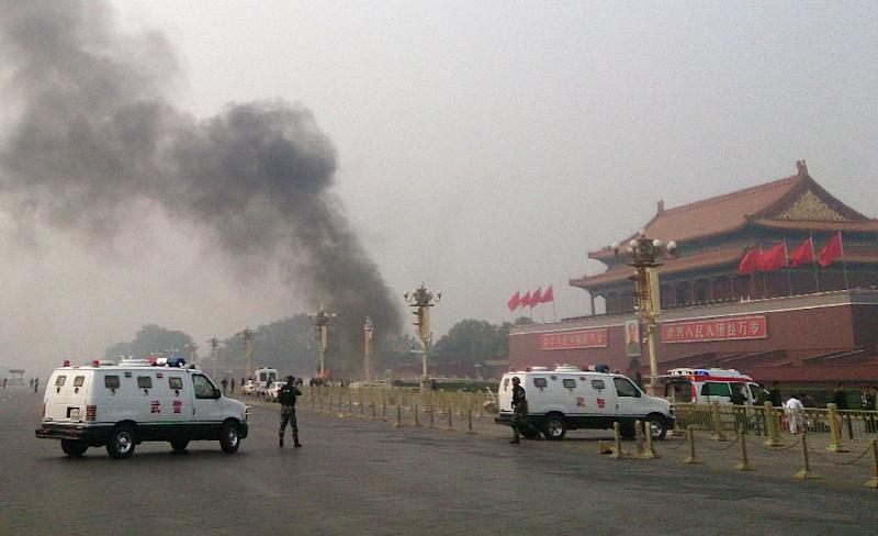 Police cars block off the roads leading into Tiananmen Square after a vehicle crashed in front of Tiananmen Gate in Beijing on October 28, 2013 (AFP Photo/)