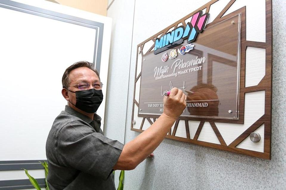 Johor Mentri Besar Datuk Hasni Mohammad signing the plaque after officiating the Darul Ta'zim Family Development Foundation's (YPKDT) MindX counseling clinic in Segamat August 2, 2021. — Picture courtesy of the Johor Mentri Besar's Office