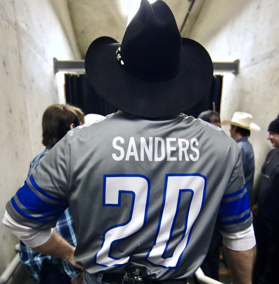 Garth Brooks wore a Barry Sanders jersey, not a Bernie Sanders jersey. (Via instagram/@garthbrooks)