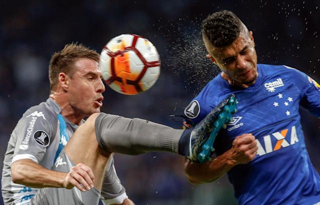 Soccer Football - Copa Libertadores - Brazil's Cruzeiro v Argentina's Racing Club - Mineirao stadium, Belo Horizonte, Brazil - May 22, 2018 - Egidio (R) of Cruzeiro and Ivan Pillud of Racing Club in action. REUTERS/Cristiane Mattos
