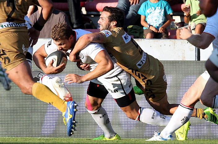 Toulouse's French winger Vincent Clerc is tackled by Oyonnax's Argentinian scrum-half Agustin Figuerola during the French Top 14 rugby union match Toulouse against Oyonnax on August 16, 2014 (AFP Photo/Raymond Roig )